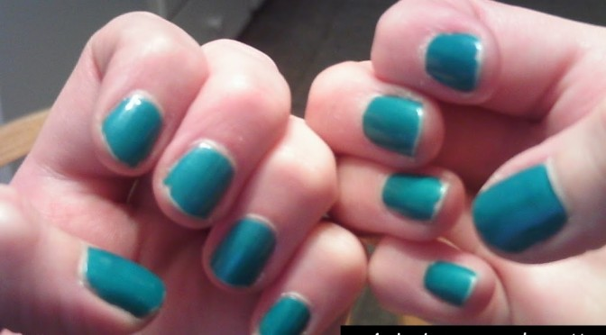 A chic and easy way to fix chipped nail polish